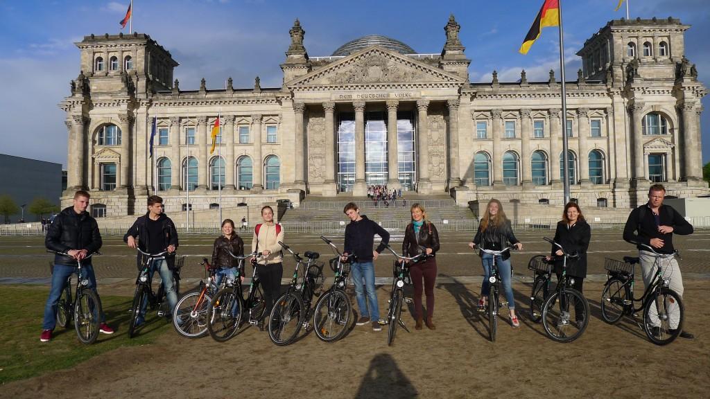 Notre famille à vélo devant le Reichstag