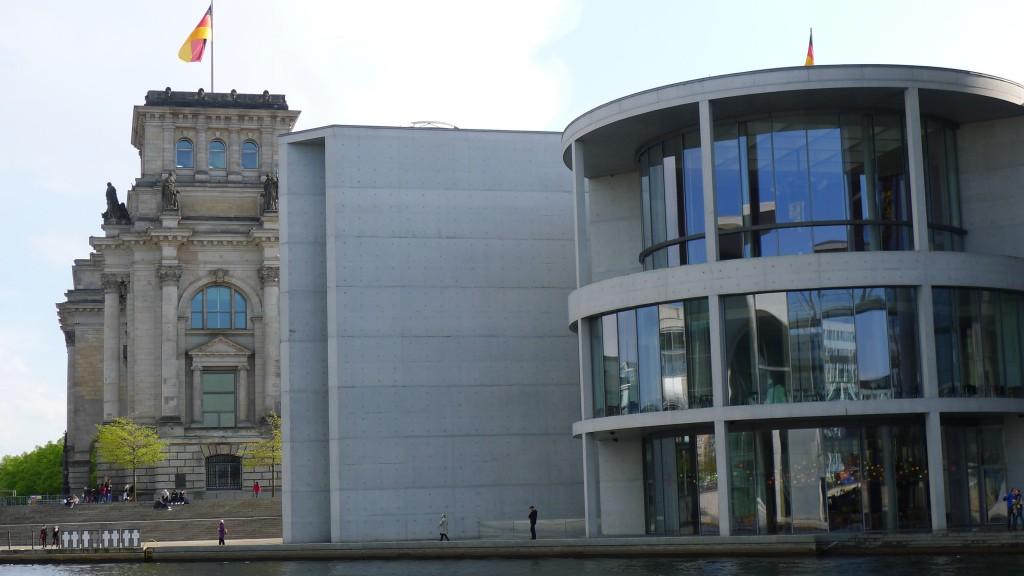 bâtiment moderne et ancien à côté