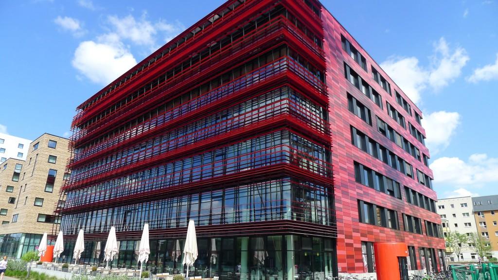 bâtiment moderne rouge