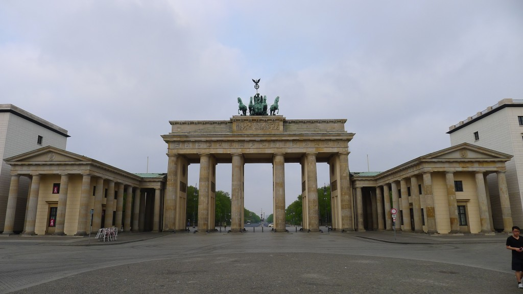 La porte de brandebourg place centrale de berlin - L encadrure de la porte ...