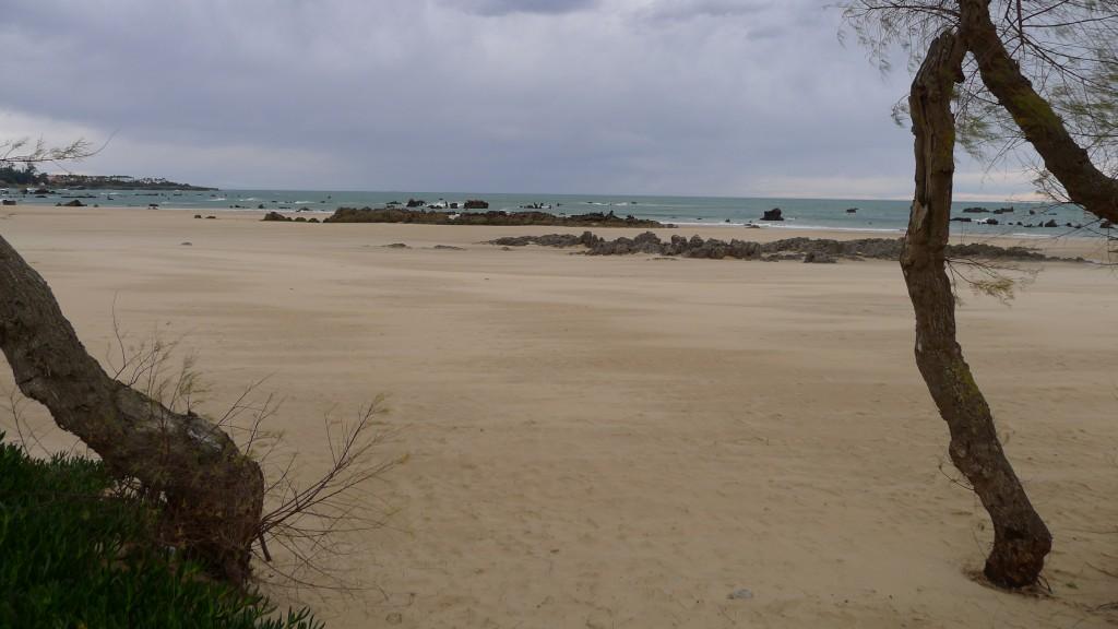 la plage de Santander avec les pics rocheux