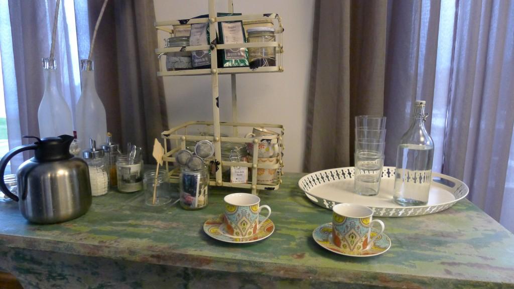 vaisselle et choix de thé comme chez vous