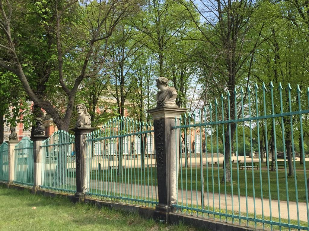 grille dans le parc du château