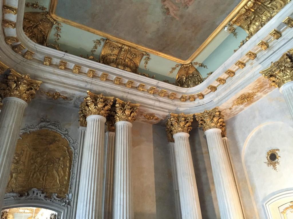 détail du plafond de l'entrée