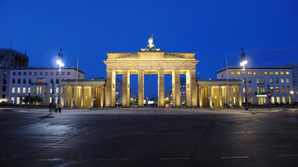 La porte de brandebourg place centrale de berlin for Porte grecque