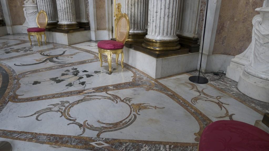 marbre avec volutes florales