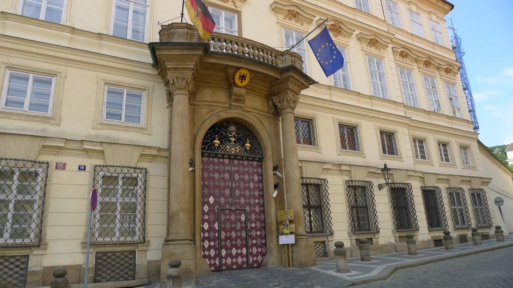 porte d'entrée de l'ambassade de RFA à Prague