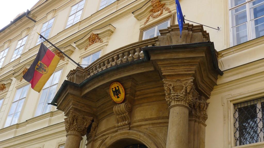 portique de l'entrée de l'ambassade
