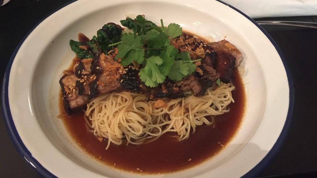le plat de porc laqué au soja et nouilles