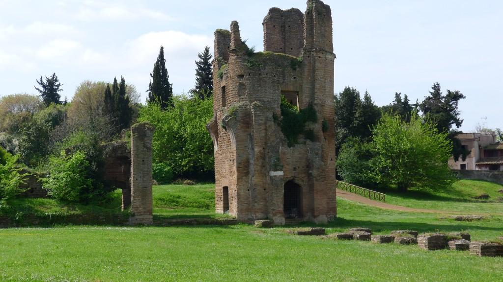 Vestige d'une tour sur via Appia Antica