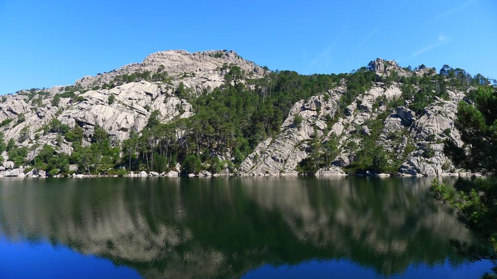 Lac à proximité , le reflet de la montagne