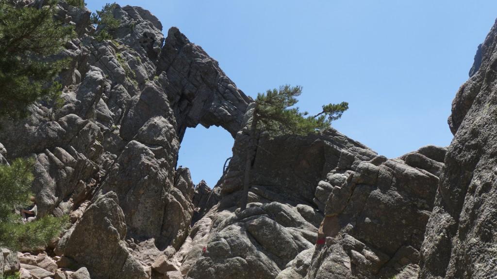 Trou dans la roche aux aiguilles de Bavella