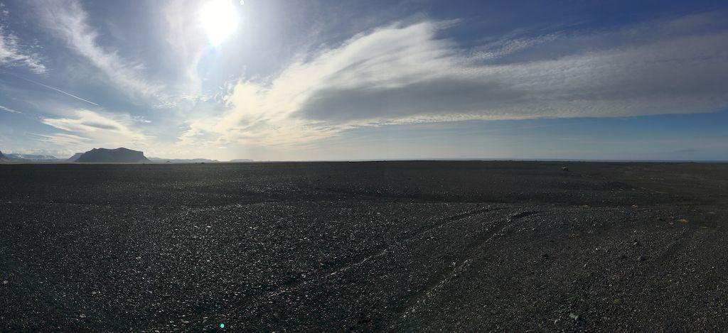 champ de sable noir près de la plage