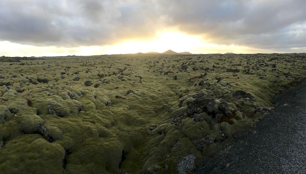 soleil couchant sur champs de lave