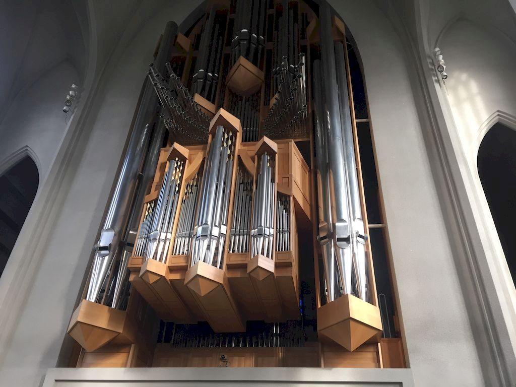 orgue à l'intérieur de l'église