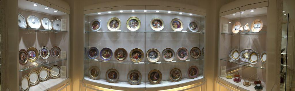 les vitrines d'assiettes en porcelaine