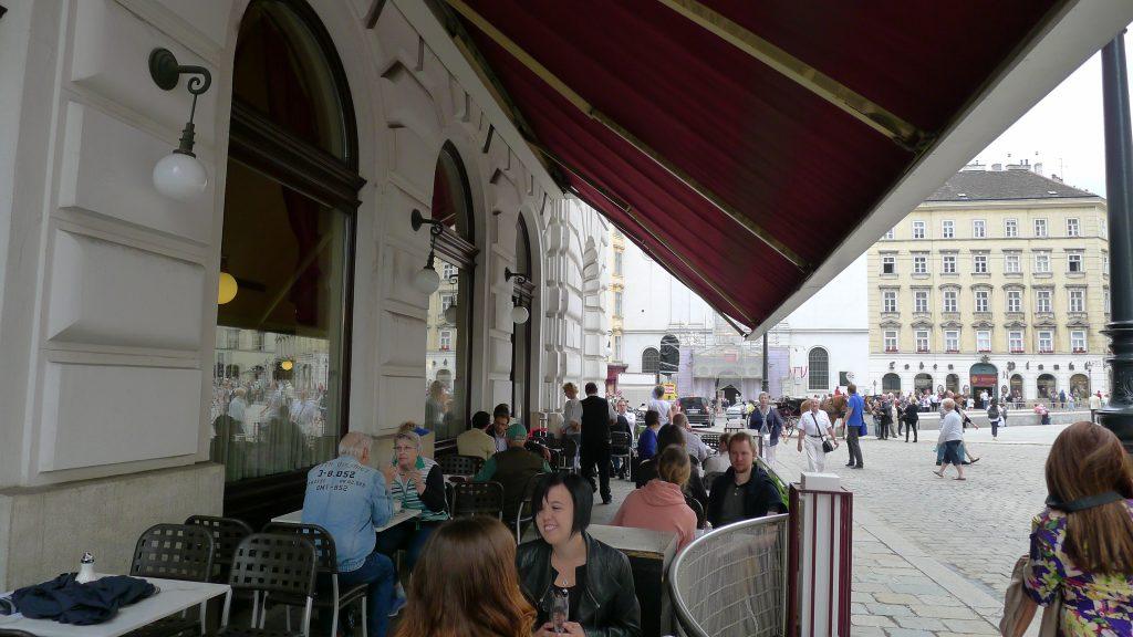 un café devant le Hofburg