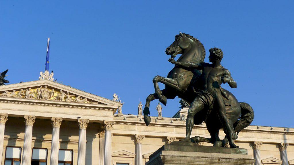 statue équestre devant l'assemblée nationale