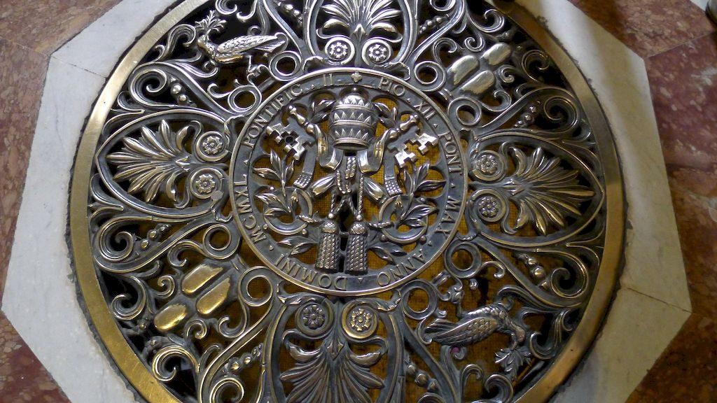 plaque sculptée avec les clés de Saint Pierre