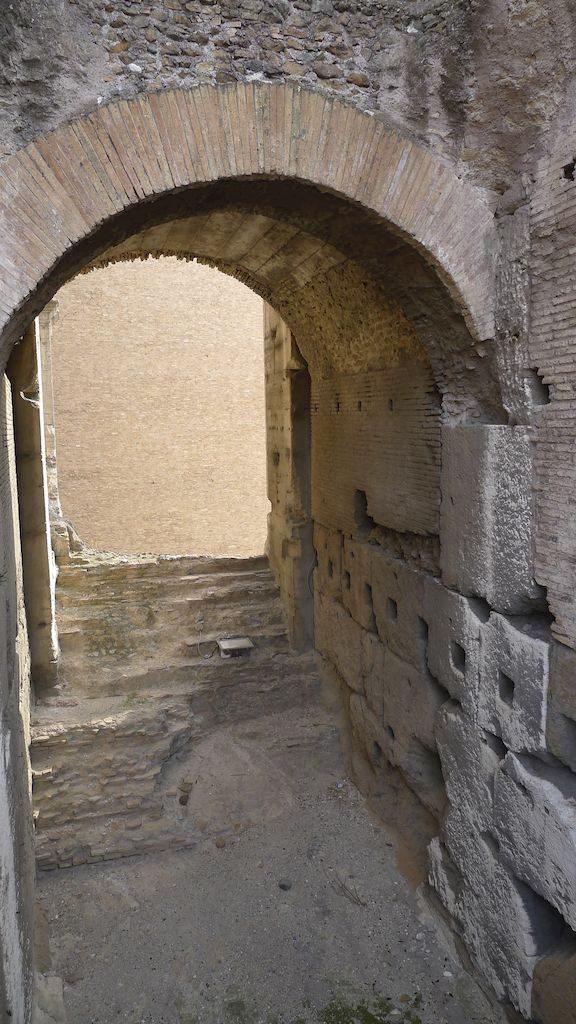 sous la scène du Colisée