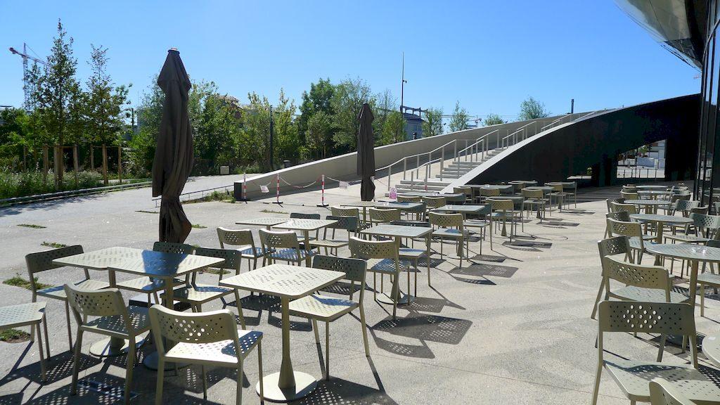 La terrasse extérieure du café snack