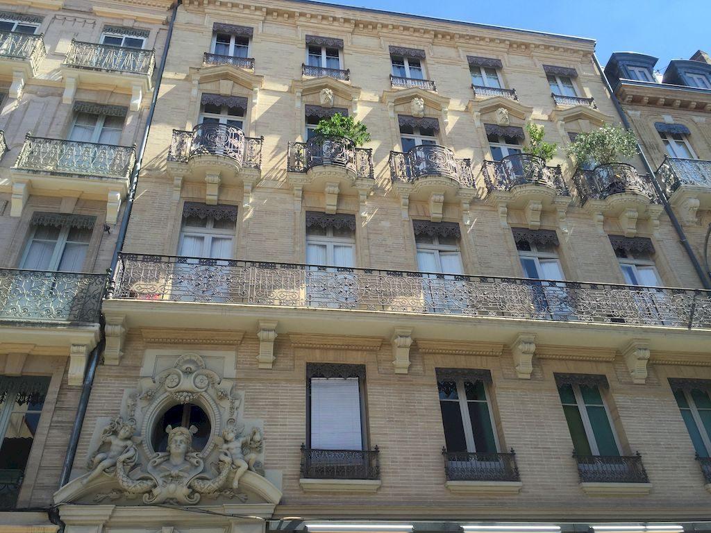 facade de bâtiment en briques et macarons