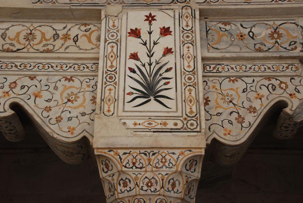 détail de marqueterie sur mur de marbre