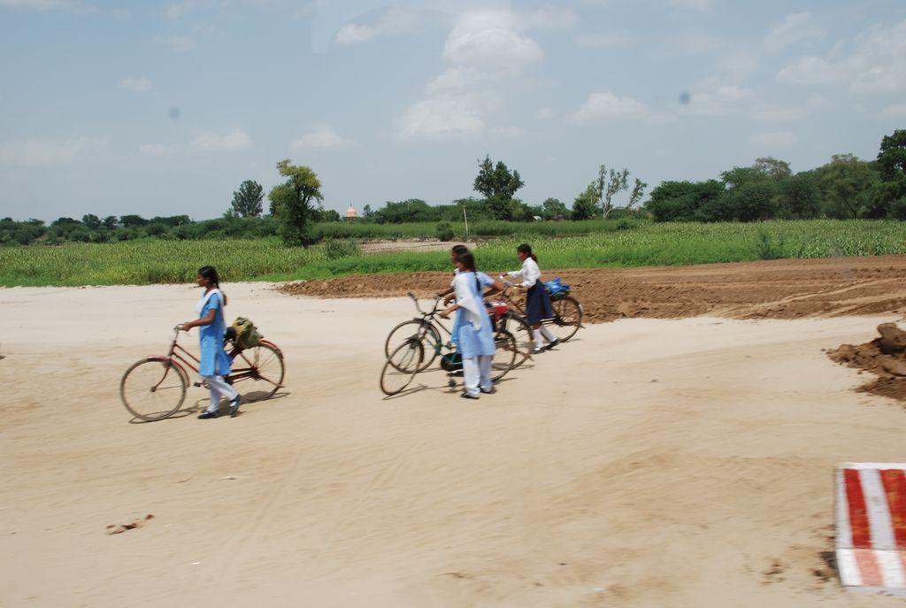 écolières à vélo