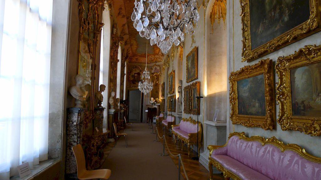le couloir rococo avec les tableaux au mur