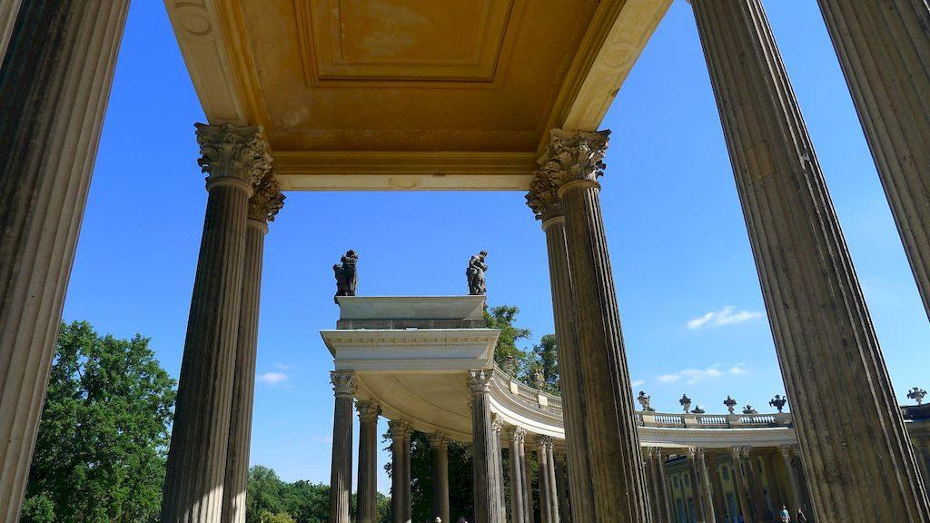 l'enfilade de colonnes devant le château Sans Souci