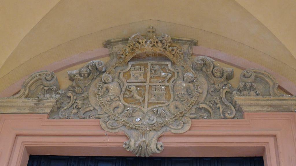 armoires au dessus d'une porte Alcazar