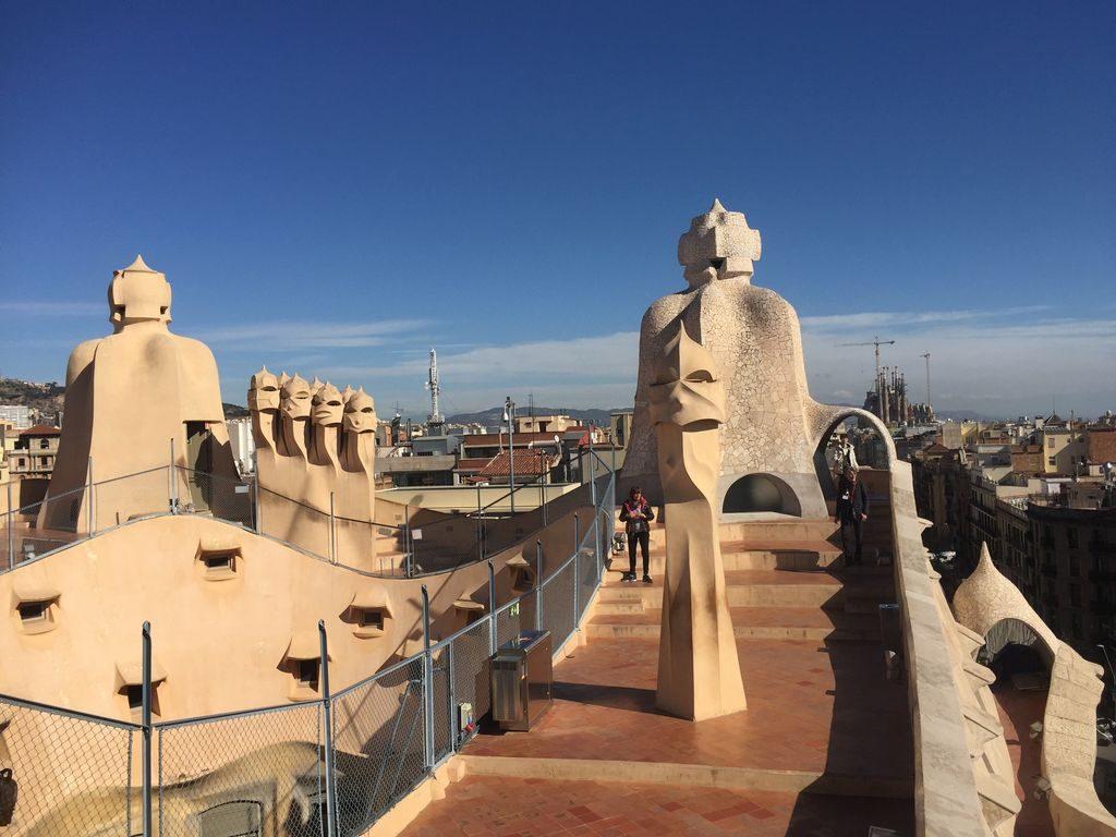 les cheminées sur le toit de la casa Mila