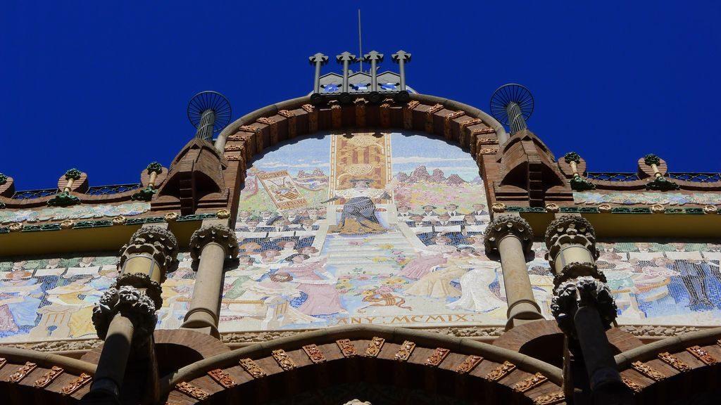 facade décorée dans le palais de la musique catalane