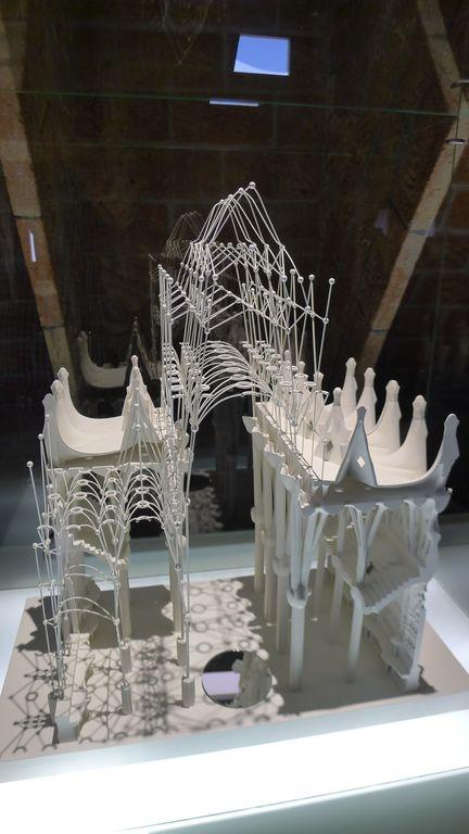 Arc catenaire sur la maquette de la casa Mila