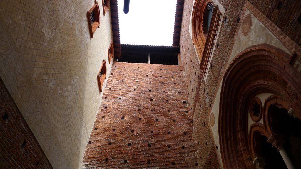 la hauteur du mur dans le château Sforza