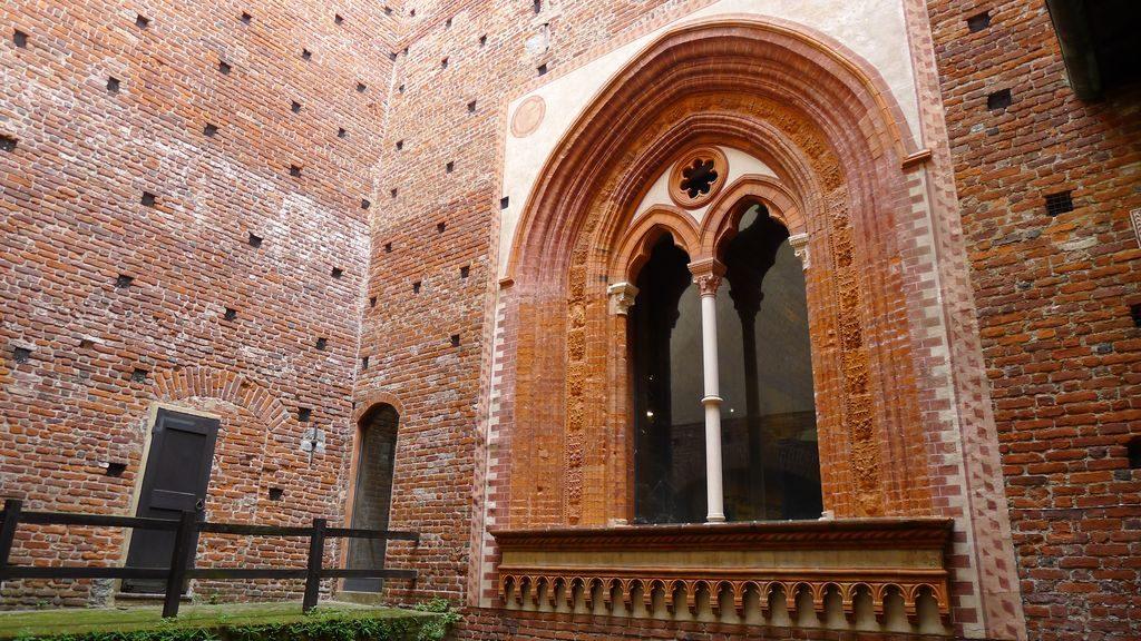 Une fenêtre en brique rouge à Sforza