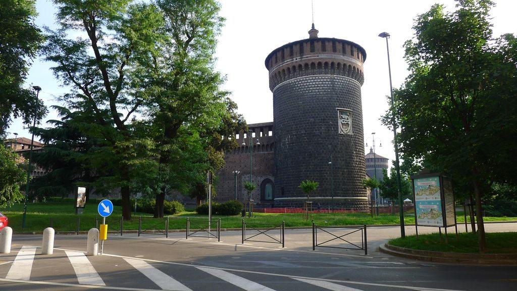 Une tour extérieure du château de Sforza