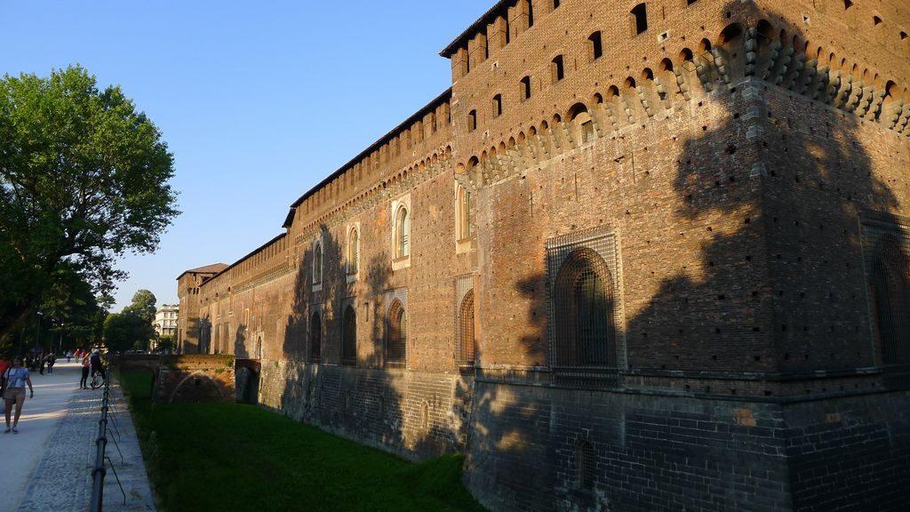 vue sur le mur du château Sforza