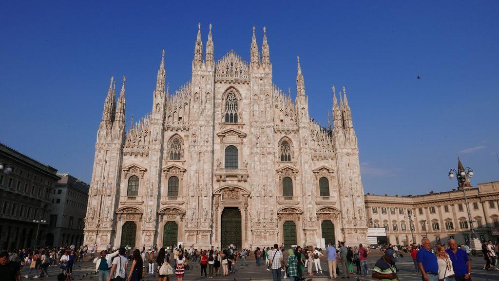 En Marbre blanc de la facade du Duomo Milan