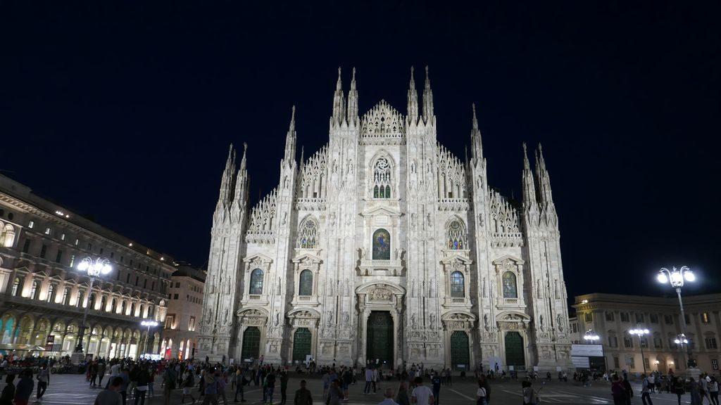 Le Duomo la nuit à Milan