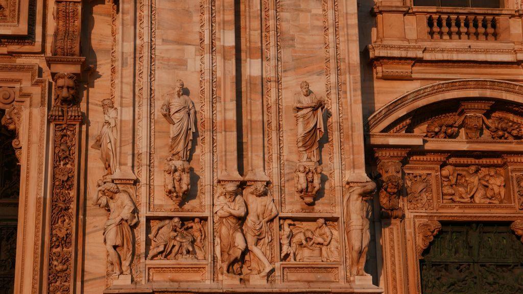 Détail de la facade du Duomo sous le soleil