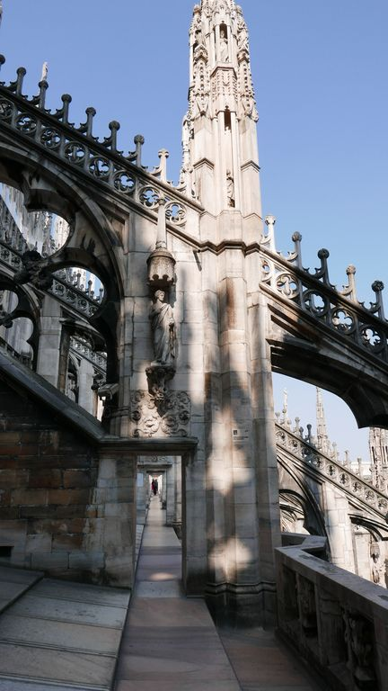 enfilade sur la terrasse du Duomo à Milan