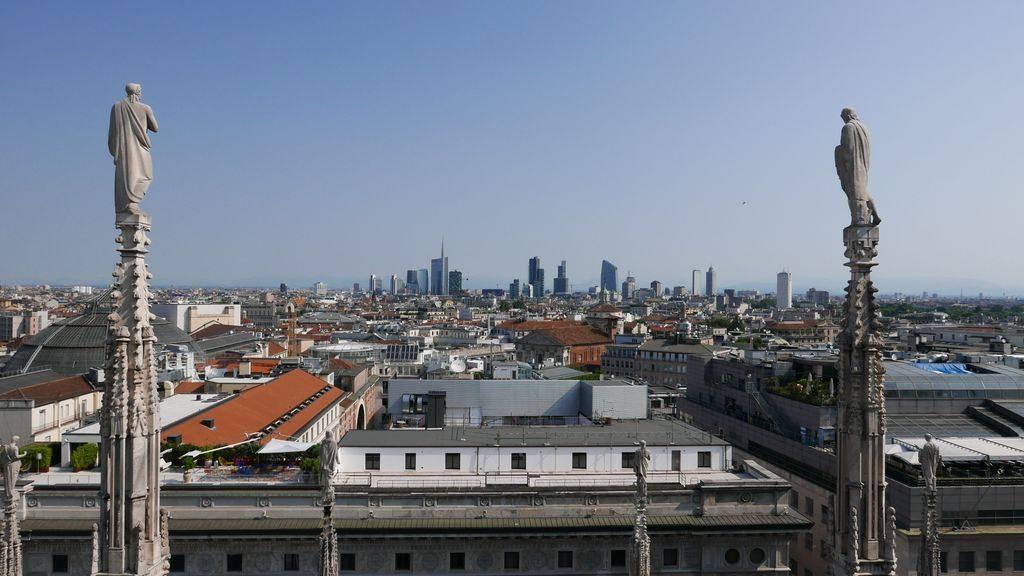 Sur la terrasse du Duomo au loin le quartier Isola