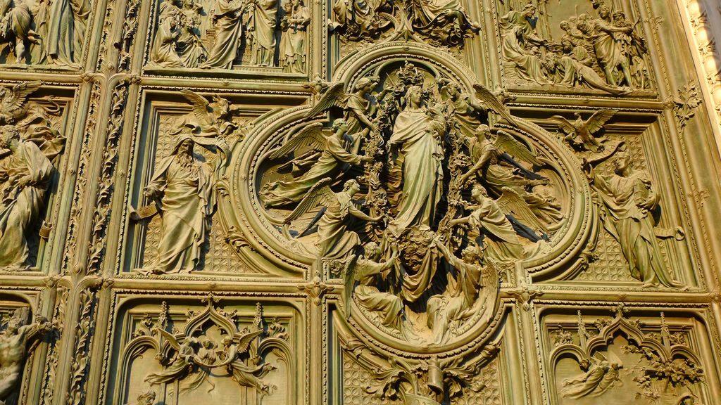 Bronze sur la façade du Duomo Milan