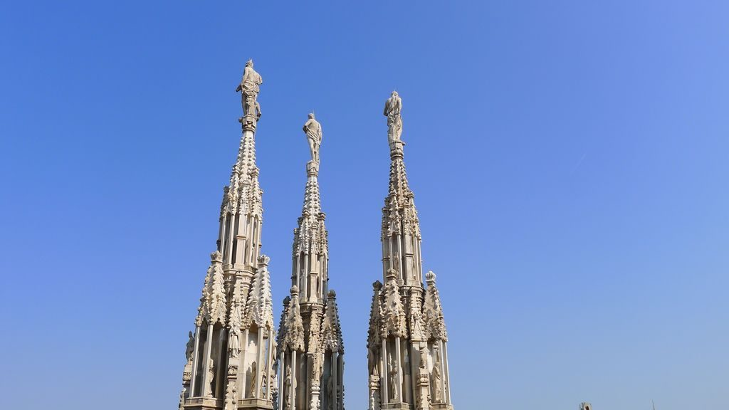 Trois flèches sur la terrasse du Duomo Milan