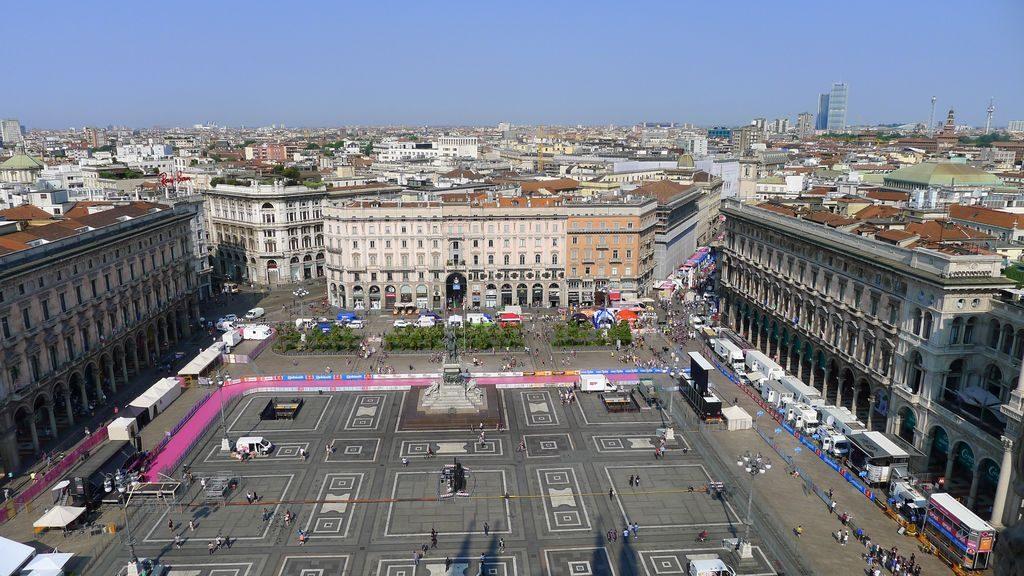 Esplanade du Duomo et vue sur la ville Milan