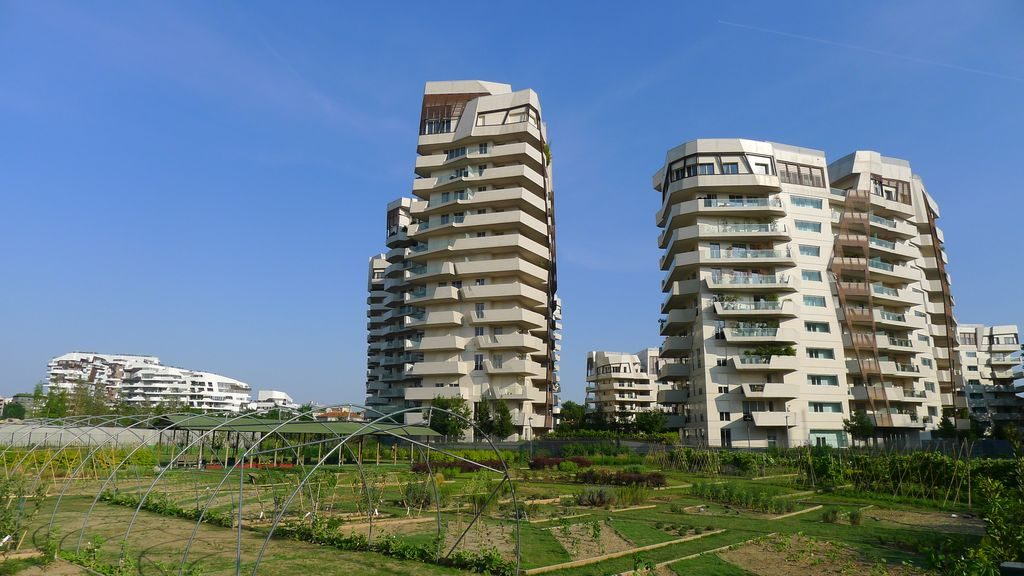 Jardin paysager au pied des bâtiments modernes