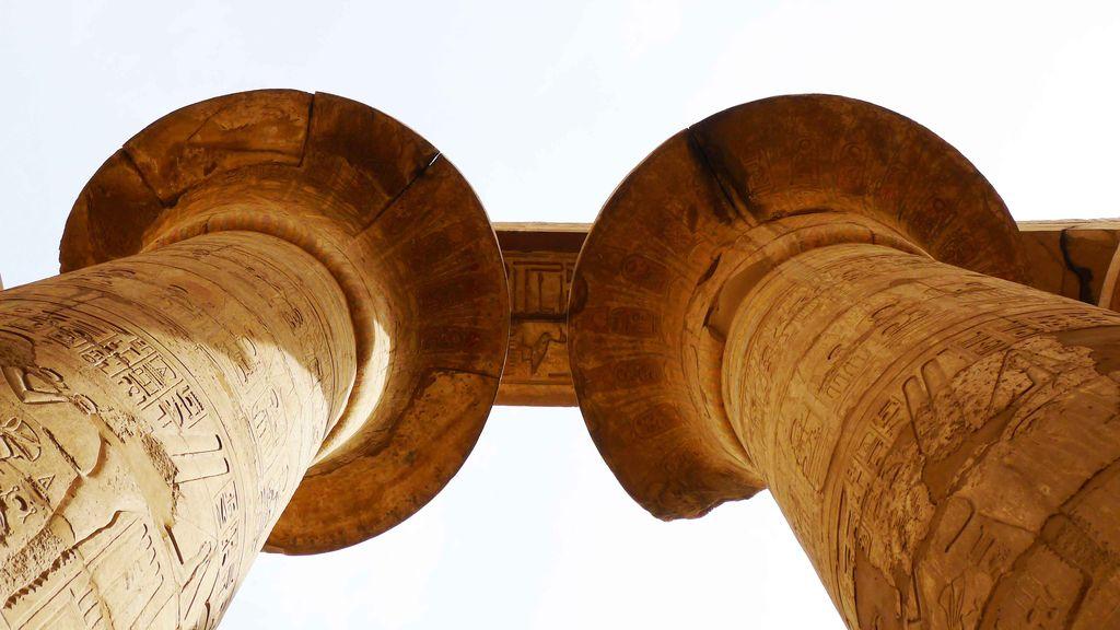 colonnes de pierre dans le temple de karnak