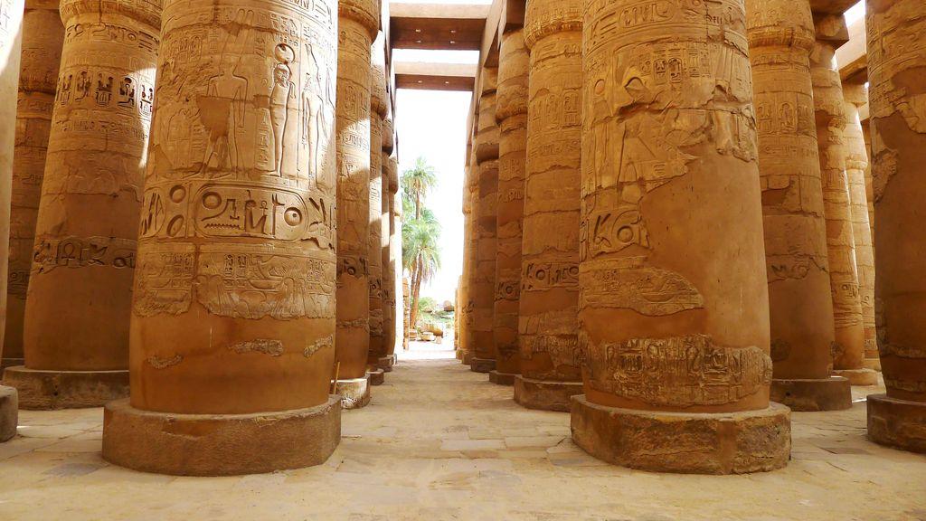 colonnes de pierres dans le temple de karnak