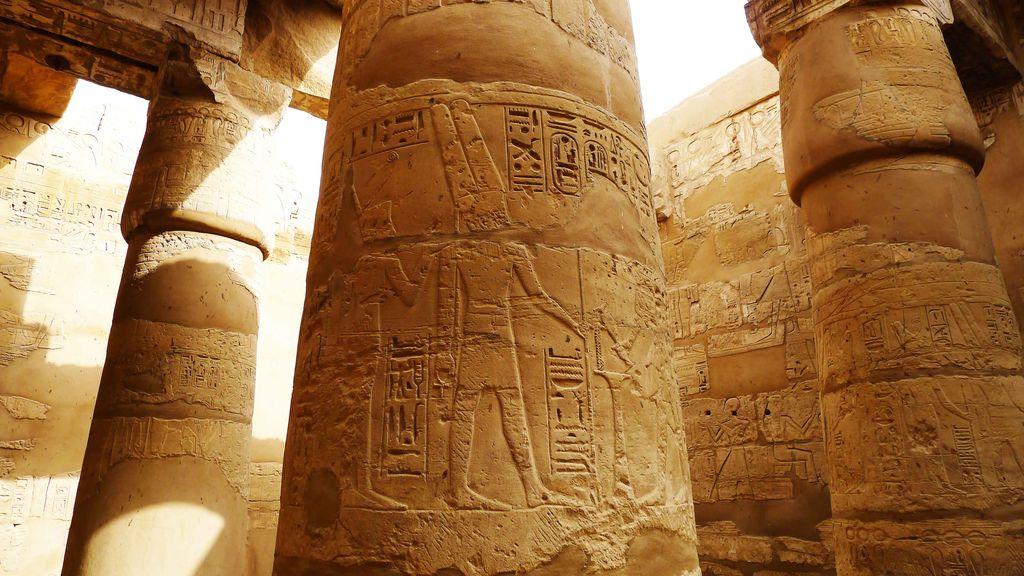 sculpture sur une colonne avec dessin de pharaon